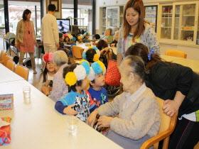 『おばあちゃんと話をする子ども達』の画像
