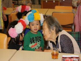 『おばあちゃんと話をする子ども達02』の画像