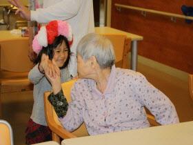 『おばあちゃんと話をする子ども達03』の画像