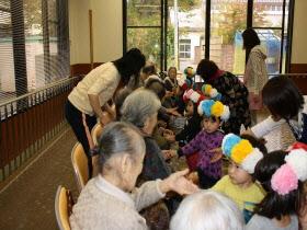 『おばあちゃんと話をする子ども達04』の画像